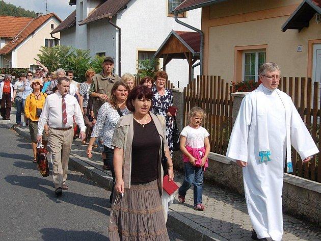 Při nevšední akci bylo možné vidět zpívající procesí, které procházelo obcí do kostela
