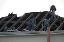 ČÁST výpravní budovy Českých drah v Sokolově bude sloužit potřebám dopravního terminálu. Na snímku jsou dělníci při demontáži střechy.