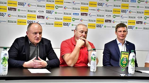 Tisková konference FK Baník Sokolov před startem jarní části FNL. Zleva: Vítězslav Hejret, Pavel Makoň a Tomáš Provazník.