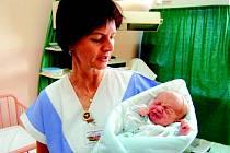 Nalezené miminko v náručí sestřičkyze Sokolovské nemocnice.