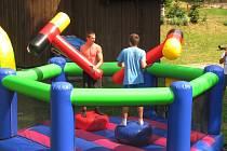 Dolní Nivy přivítaly léto radovánkami pro děti i mládež na obecním koupališti. Rozdávaly se sladkosti a o zábavu na atrakcích nebyla nouze.
