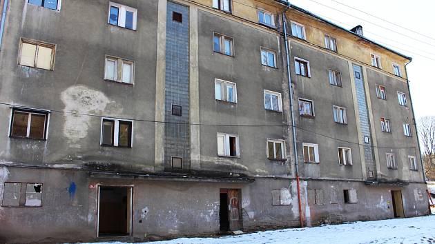 Vybydlený dům čeká demolice. O tom, co by na jeho místě mělo vzniknout, diskutovalo město i s občany.