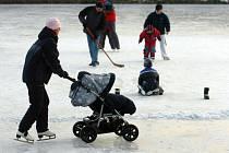 NA ZAMRZLÉ RYBNÍKY se o víkendu vydaly rodiny s dětmi hrát hokej a zabruslit si.