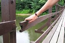 Nebezpečným se stává podle loketských obyvatel houpací most  v Zahradní ulici v Lokti. Starosta říká, že jeho kontroly nikdo neprovádí.