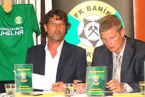 Trenér Sokolova Daniel Šmejkal a ředitel FK Baník Tomáš Provazník na tiskové konferenci před startem FNL