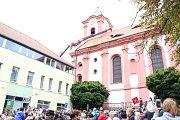 Zvony jsou zpět ve věži kostela, složili se občané i hasiči.