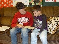 Školáci čtou. Ilustrační foto