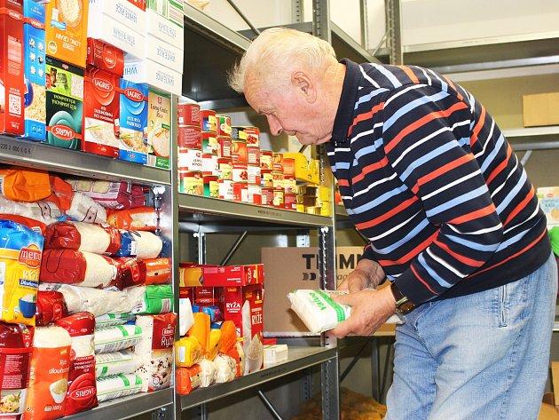 Ve skladu pomáhali dobrovolníci.
