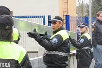 """VÝSTAVBA jedné protipovodňové zábrany trvá jen pár minut. """"Nejdéle  by zřejmě trvalo  dopravit zábrany na místo,"""" podotkl zástupce velitele MP Sokolov Jiří Novák."""