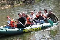 Vodáci o víkendu zahajovali sezónu. Z kempu v Královském Poříčí na jich na vodu v sobotu vyrazily zhruba tři stovky.