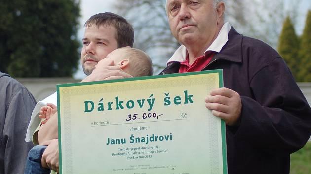 Starosta Lomnice Miloslav Matoušek předává dárkový šek Janu Šnajdrovi