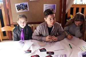 Podnikat ve fiktivní firmě se učí i žáci z kraslické školy v Havlíčkově ulici. Prezentovali se i na veletrhu fiktivních firem.