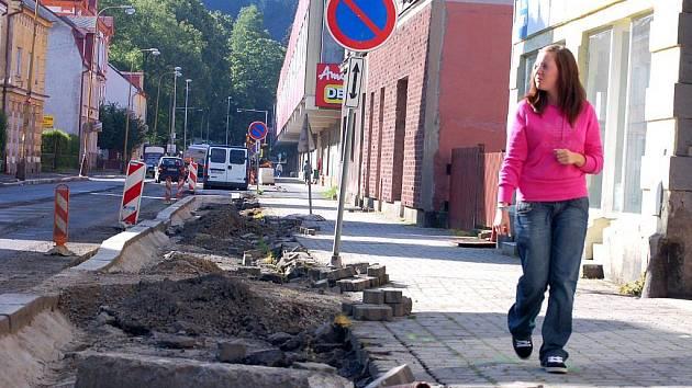 SILNIČÁŘI OPRAVUJÍ  v Kraslicích průtah městem. Vozovku zužují. Chodníky tak budou širší. Na jejich rekonstrukci shání město dotaci.