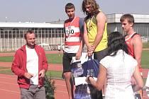 CHODOVSKÝ KOULAŘ Milan Mňatinoha  (ve žlutém dresu) převzal zlatou medaili  z rukou českého reprezentanta, desetibojaře Tomáše Dvořáka (na snímku vlevo).