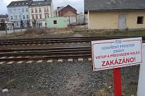 Přechod kolejí je zakázán
