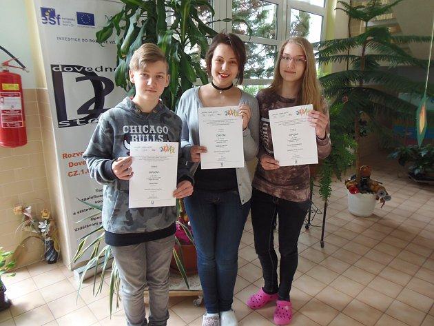 ŽÁCI 9. ročníku ZŠ Dukelská v Kraslicích Pavel Fišer, Lucie Brossmannová a Barbora Kácová vyhráli republikové finále.