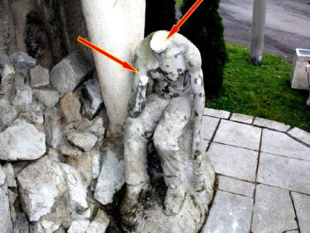 Mladík ukopl hlavu soše.