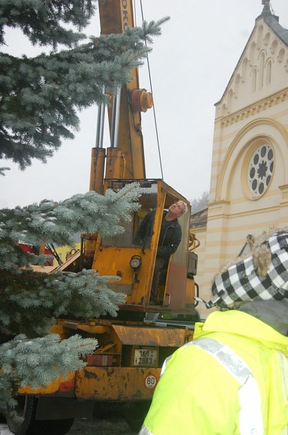 VÁNOČNÍ strom postavily ve čtvrtek Kraslice na prostranství vedle kostela. Slavnostně ho rozsvítí v neděli. Podrobnou reportáž z převozu a instalace stromu přineseme v pondělním vydání Sokolovského deníku.
