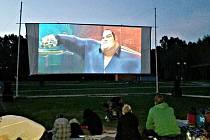 Sokolovské letní kino při svém premiérovém promítání v areálu vodní nádrže Michal.