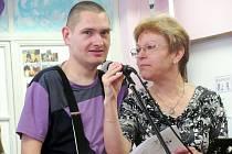 HANDICAPOVANÉ při jejich vystoupeních podporovali pracovníci Mateřídoušky, včetně ředitelky Věry Bráborcové.