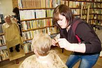 Provizorní kadeřnický salón vznikl v knihovně v prostorách obecního úřadu.