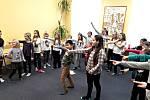 Školáci cvičí operu Brundibár.