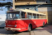 Součástí demolice továrního komína byla i připomínka slavné minulosti závodu na výrobu trolejbusů Škoda Ostrov.