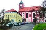 POHLED ke kostelu Sv. Vavřince dnes. V bývalé budově MNV je dnes informační centrum a galerie.