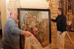 KŘÍŽOVÁ CESTA. Vybalování letos zrestaurovaných obrazů v kostele svatého Vavřince.