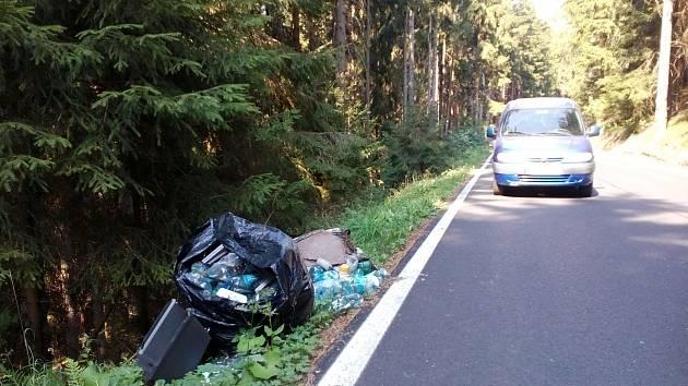 ZAMĚSTNANCI připravují sesbíraný nepořádek k okrajům lesa. Lidé si mysleli, že se tam řidiči zbavují odpadků a tvoří skládky.
