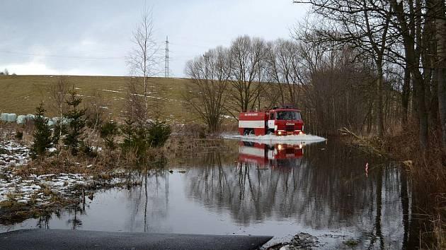 Zaplavená silnice v Bošířanech.