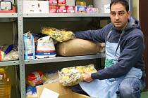 Že se regály v centrálním skladu Potravinové banky budou plnit i díky Národní potravinové sbírce, věří ředitel Milan Hloušek (na snímku).