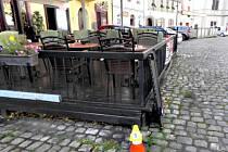 Neznámý řidič narazil do terasy restaurace a ujel, škoda je 60 tisíc.