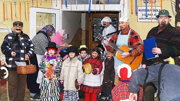 MASOPUSTU se v Královském Poříčí tradičně účastní jak děti, tak dospělí – samozřejmě v maskách.