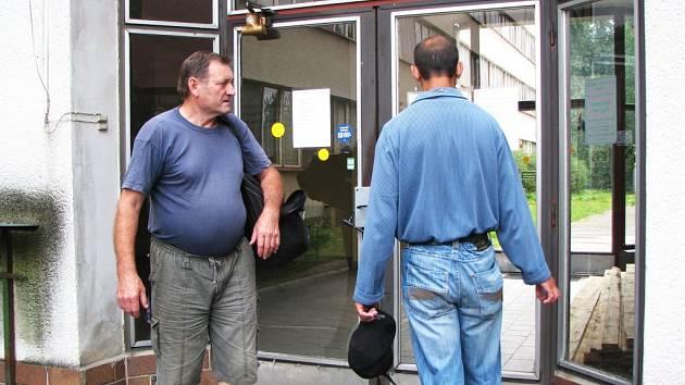 REKONSTRUKCE. Hlavní vchod do pavilonů B a C sokolovské nemocnie je uzavřený. V objektu totiž začala přestavba haly na nový centrální příjem pacientů. O náhradní cestě na oddělení se lidé dozvědí z vyvěšených letáků.