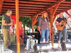 Scénické čtení doprovodí písničkami kapela Netřísk (na snímku vystoupení v Lokti na Malé scéně).