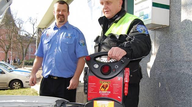 Pomůcky pro pomocné starty mají strážníci hned dvě