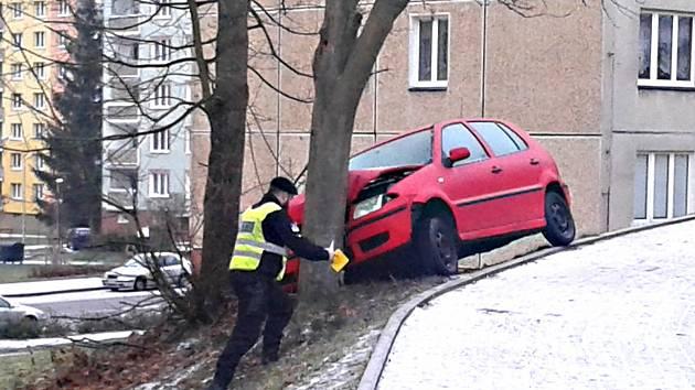 Řidičku v Kraslicích zaskočila zledovatělá silnice v ulici Boženy Němcové. S autem se začala točit a zastavil ji až strom.