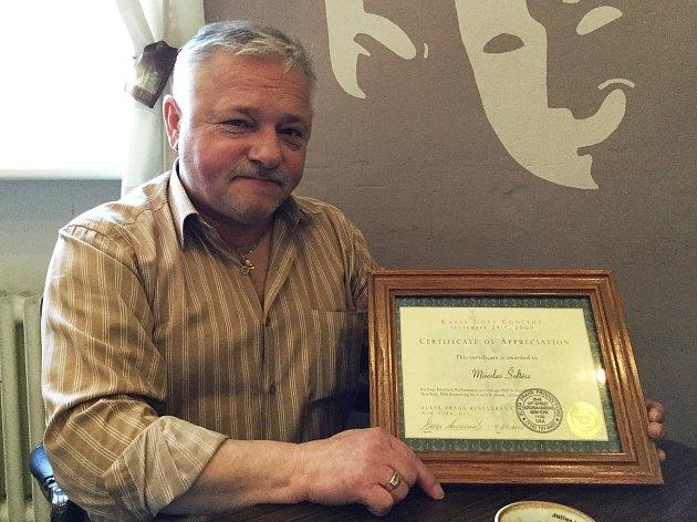 Certifikát dostane každý, kdo vystoupí v Carnegie Hall. Milan Šoltész tam zahrál při turné s Karlem Gottem.