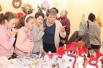 V Městské galerii v Chodově začala vernisáží prodejní výstava Co umíme klientů sociálně terapeutických dílen z Chodova a Sokolova.