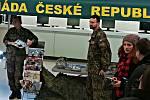 Na dni otevřených dveří v sokolovské integrované škole nechyběl ani stánek Armády ČR
