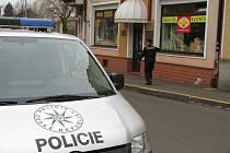 Policisté na místě přepadení zajišťují stopy.