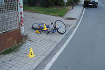 Opilý cyklista nezvládl řízení a upadl na chodník.