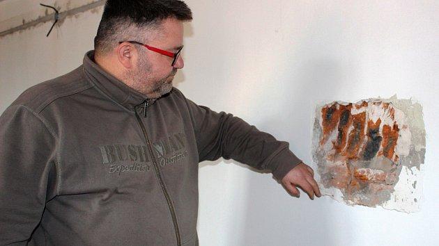 Sondy odhalily pod omítkou ve výstavním sále gotické prvky, ukazuje ředitel muzea Michael Rund.