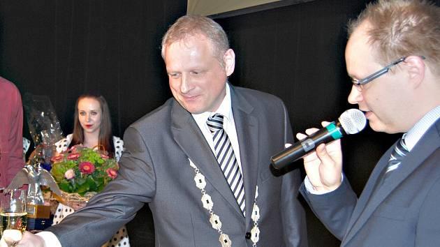Starosta Sokolova Jan Picka (vlevo) při jedné z anket Osobnost Sokolova