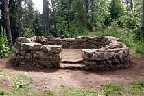 Naučná stezka Šibeniční vrch v Bečově nad Teplou je zaměřená na historii a hrdelní právo středověku.