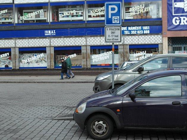Místo, kde řidiči nejčastěji přehlédnou značku s omezeným parkováním, je to u sokolovského obchodního domu Výběr