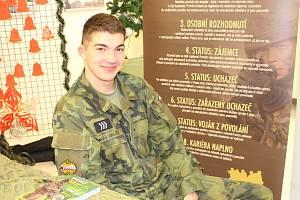 Nábory vojáků budou pokračovat i v nadcházejícím školním roce.