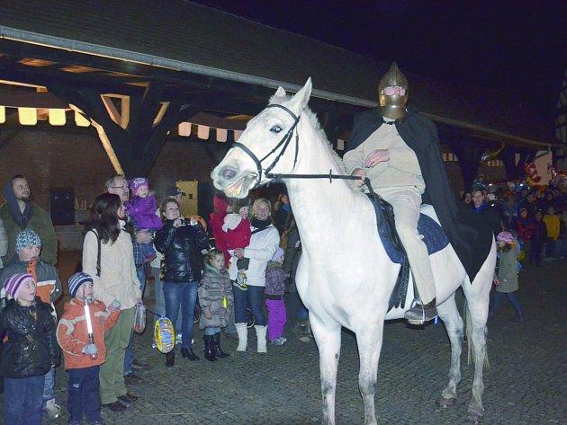 MARTIN na bílém koni přicválá opět po roce na statek Bernard v Královském Poříčí.