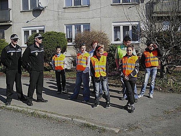 Školáci byli oděni ve speciálních reflexních vestách. Akce se s nimi zúčastnili i novosedelští městští strážníci.